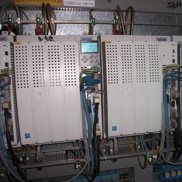 伦茨变频器维修 伦茨变频器故障维修 维修服务热线:400-678-1180 提供伦茨变频器维修(Lenze变频器)服务!包括伦茨4800/4900,伦茨8100,伦茨8200/8210,伦茨8220/8240,伦茨8230,伦茨9300,Lenze 8600,Lenze SMD系列等伦茨变频器维修! 伦茨变频器维修-UCE短路 起因:在运行过程中,变频器中某个脉冲放大器上的监视器检出IGBT模块导通时的发射极/集电极间电压超高,这意味着电源短路或某个脉冲放大器损坏。 对策:联系变频器维修服务商 伦茨变频器