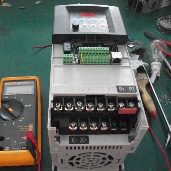 lm393的输出端电压值由高电位翻转到0v,该变化信号经光电耦合器传送给